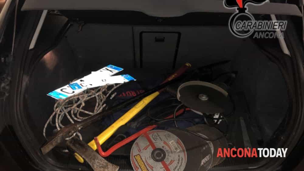carabinieri trovano auto dei ladricon l'audi nera2-2