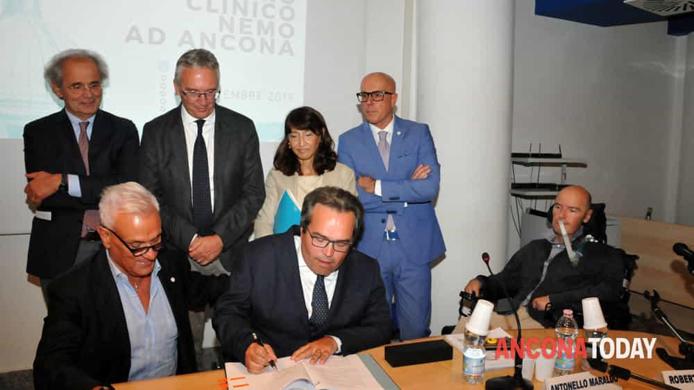 Le istituzioni al momento della firma per un centro Nemo ad Ancona-2