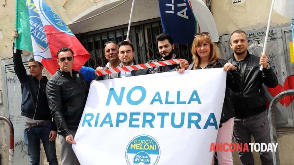fratelli d'italia protesta ripaertura locali al piano-3