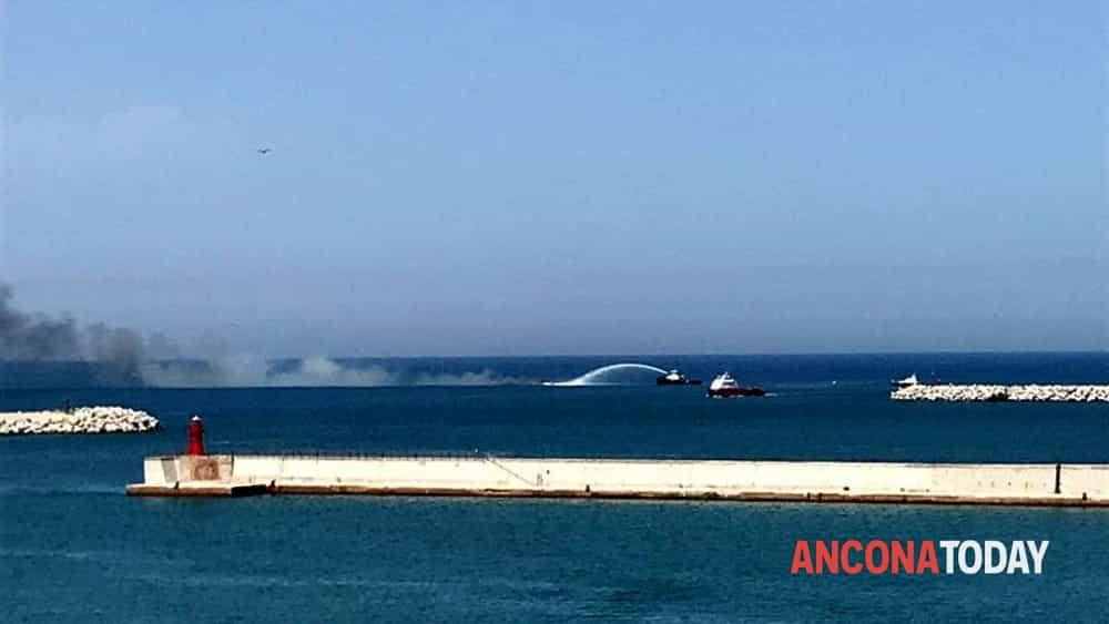 incendio barca porto ancona affondamento-3