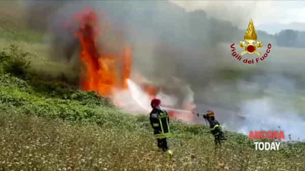 L'incendio divora i campi, i pompieri lottano contro fuoco e vento - VIDEO
