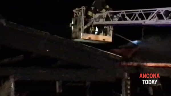 La cenere dopo l'incendio, lo chalet non esiste più – VIDEO