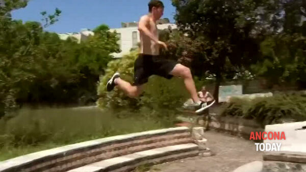 Parkour in piazza: i salti impossibili di Davide | VIDEO