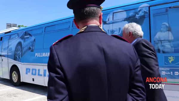 Quiz patente e simulatore di ubriachezza: la carovana blu targata Polizia Stradale – VIDEO