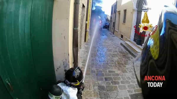 Auto in fiamme per le vie del centro storico: l'intervento dei pompieri in prima persona - VIDEO