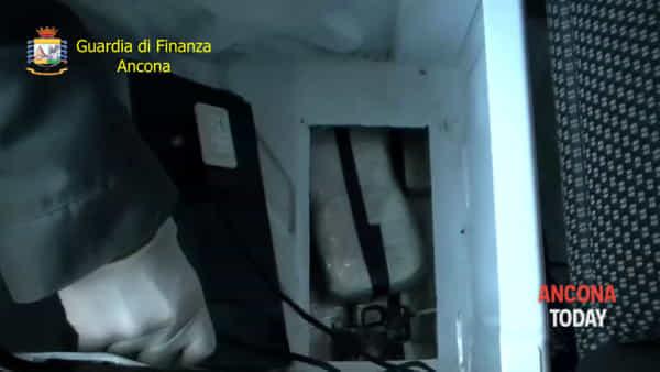 Eroina per mezzo milione di euro, la scoperta del carico al porto | VIDEO
