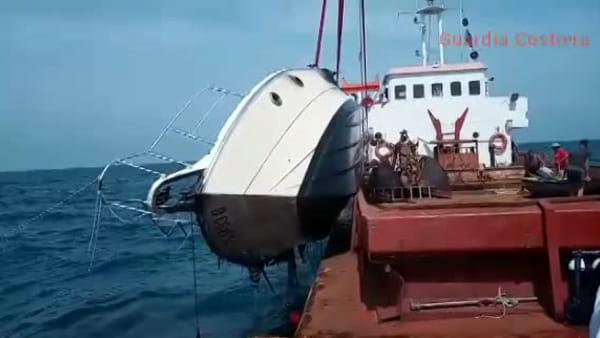 Barca distrutta dall'incendio, il recupero del relitto - GUARDA IL VIDEO