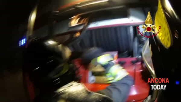 Auto a fuoco nella notte, l'intervento in prima linea di vigili del fuoco - VIDEO