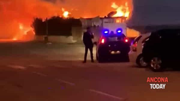 Stabilimento devastato dall'incendio, fiamme alte decine di metri - VIDEO