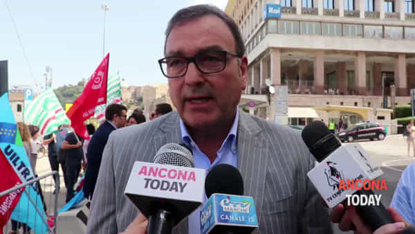 Fiori e lacrime per Luca, la rabbia dei sindacati e la commozione dei colleghi - VIDEO