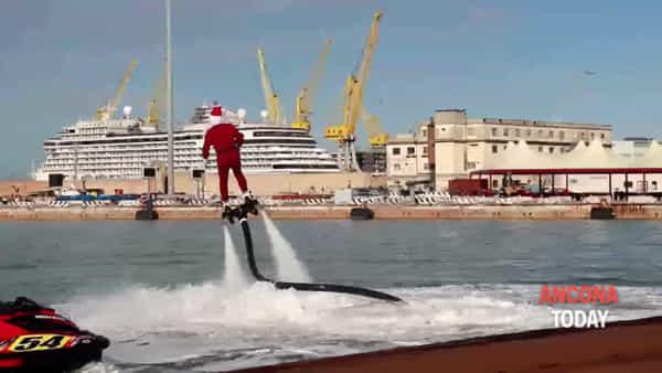 Babbo Natale volteggia sul porto (ma qualcosa gli va storto) | VIDEO