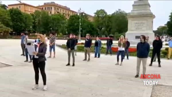 Il grido di aiuto delle mascherine in piazza | VIDEO
