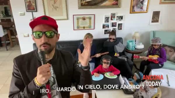 Maurizio & family, l'appello a stare in casa in stile 883 | VIDEO