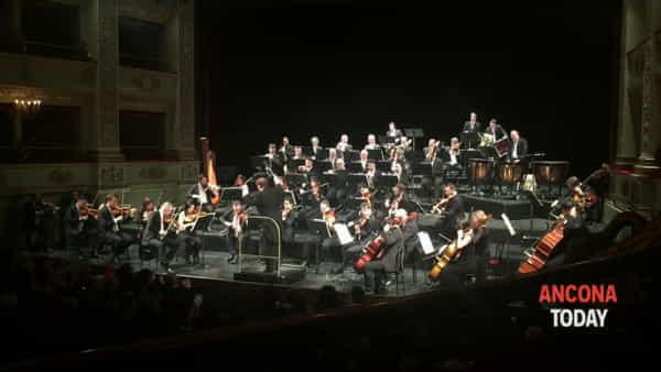 Concerto di Capodanno 2019, quello che fa il direttore di orchestra lascia tutti senza fiato - VIDEO