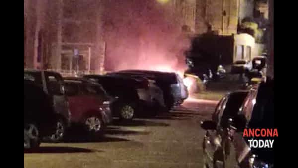 Auto a fuoco, paura nel parcheggio accanto al ristorante | VIDEO