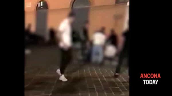 «Guarda che bastonate!», le immagini choc della rissa in piazza | VIDEO