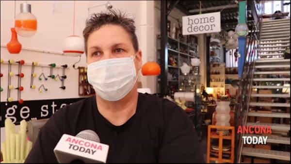 Un sorriso dietro la mascherina: come riparte l'artigianato vintage | VIDEO