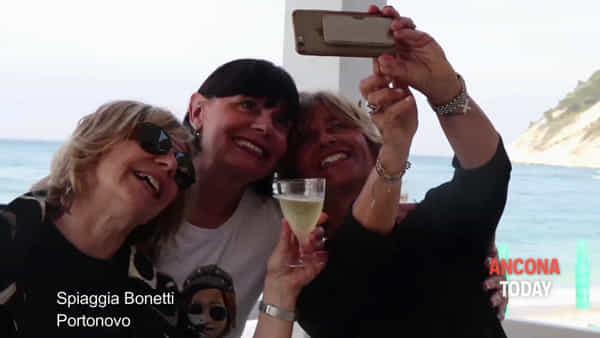 Cena, musica e mare: inaugurazione cool per la nuova Spiaggia Bonetti - VIDEO