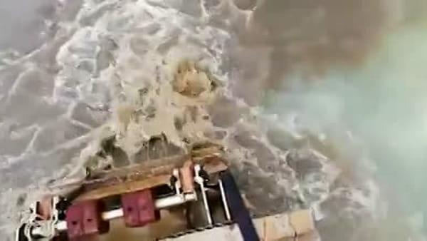 Aperti gli scolmatori, scatta il divieto di balneazione su tutto il litorale - VIDEO