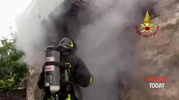 Il casolare va a fuoco, 10 vigili del fuoco sfidano le fiamme - IL VIDEO