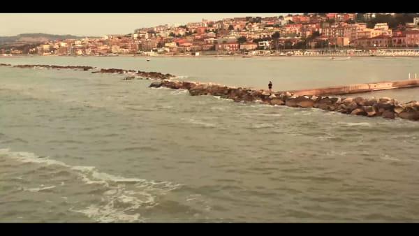 """Il mare di casa e i tramonti mozzafiato: è uscito """"Lo Sai"""", online è già un successo - VIDEO"""