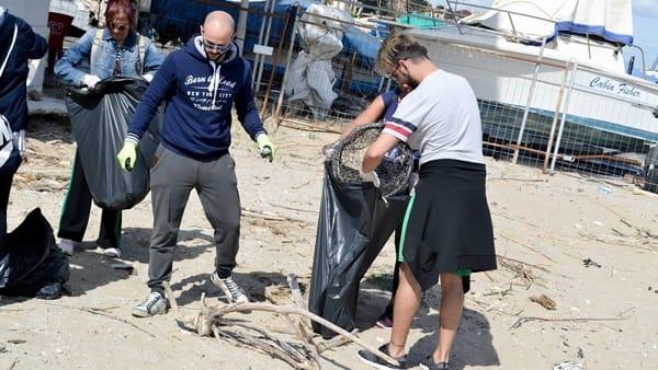 Via l'immondizia dalla spiaggia, la sfida green di Facundo e i suoi amici - VIDEO