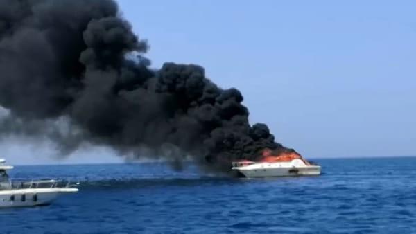 La barca avvolta dalle fiamme, le immagini sono impressionanti - GUARDA IL VIDEO