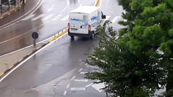 Panico in città, brandisce un machete e terrorizza gli automobilisti: è caccia all'uomo