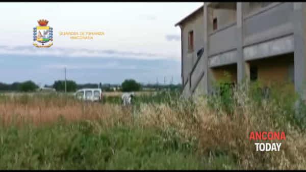 Centrale dello spaccio all'Hotel House, il blitz della finanza - VIDEO