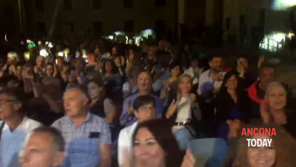 Concerto di beneficenza, musica spenta a mezzanotte: la serata continua così - VIDEO
