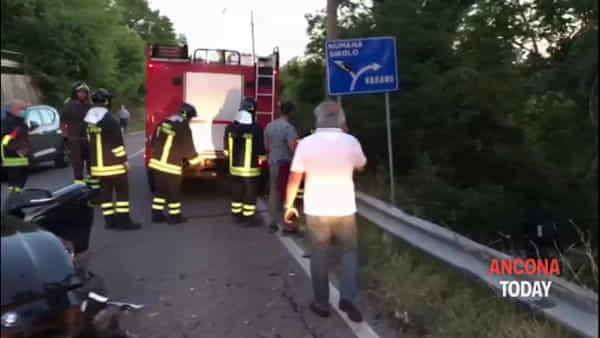 Auto distrutte, una è nel fossato: le immagini dell'incidente da brividi | VIDEO