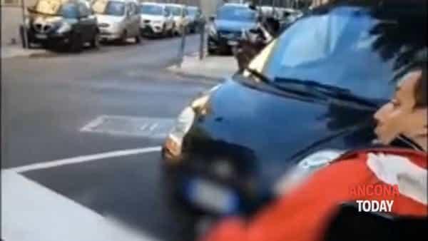 Auto in sosta selvaggia e barriere architettoniche, l'odissea di un disabile in centro - VIDEO