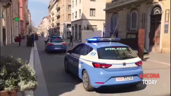 Le volanti della polizia suonano l'inno nazionale per le vie della città | VIDEO