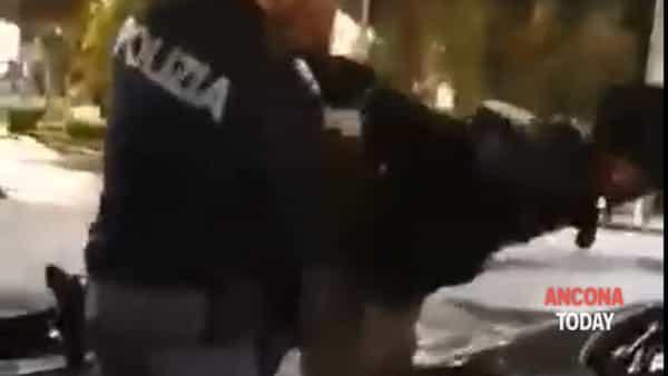Calci e pugni ai poliziotti durante il controllo, le immagini dell'arresto - VIDEO