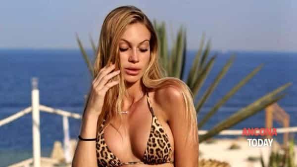 Taylor Mega: la sexy influencer ospite in discoteca
