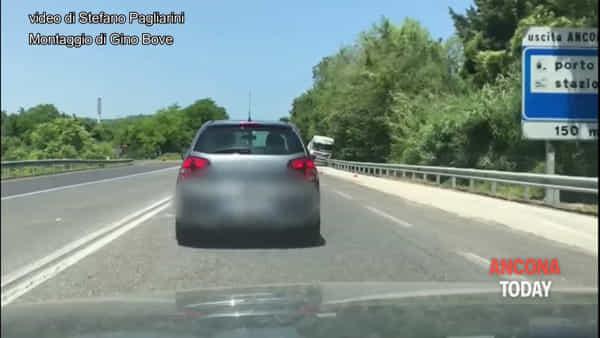 Tir fuori strada, auto distrutte e soccorsi in attività: le immagini del maxi incidente - VIDEO