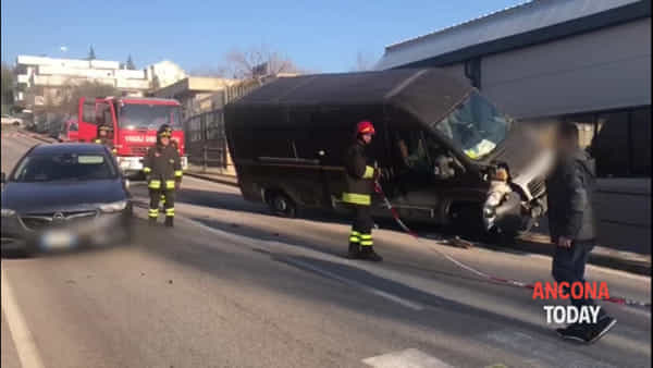 Furgone in bilico dopo la carambola, strada chiusa per incidente | VIDEO