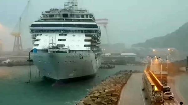 Paura al porto, il maltempo rompe gli ormeggi della nave: operai a bordo - VIDEO