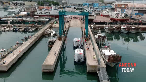 Pelikan, l'imbarcazione che pulirà i mari della Thailandia: il varo ripreso dal drone - VIDEO