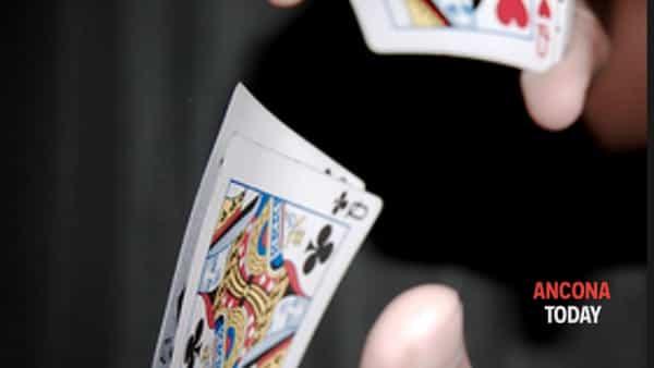 Aperitivi e magia: in scena le carte magiche di Nicola Detti