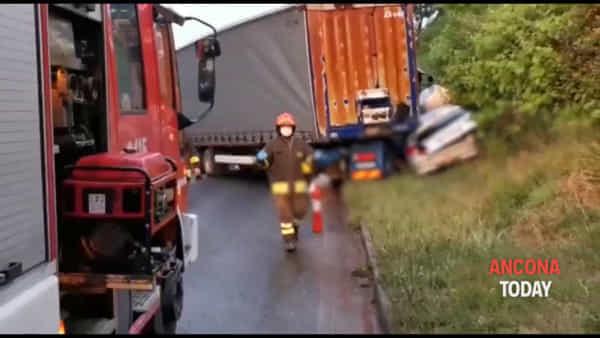 Auto schiacciata dal tir, le immagini scioccanti dell'incidente | VIDEO