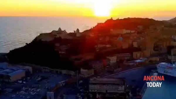 Il sole tramonta e la Vespucci è ancora più bella: è già nostalgia- VIDEO