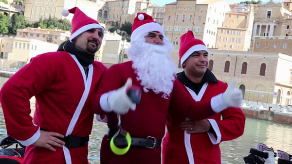 Lo sbarco dei Babbi Natale, che festa in porto! | VIDEO