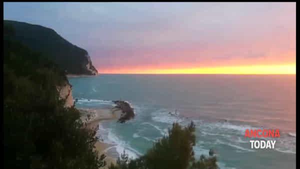 Monte, mare, alba e magia: buongiorno dalla riviera del Conero - GUARDA IL VIDEO