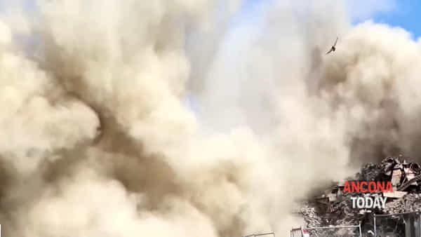 La sirena, il boato e la nube di polvere: vanno giù altri cinque silos - VIDEO