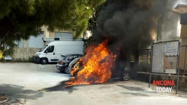 L'auto si incendia, le fiamme ne distruggono altre: scia di fuoco davanti alle Poste - VIDEO