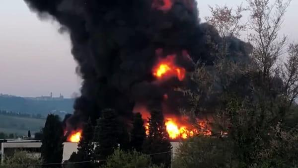 Incendio alla Tontarelli, la nube nera si alza per decine di metri - VIDEO