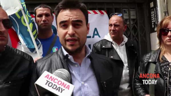 Fratelli d'Italia mette i sigilli, sit in contro la riapertura di due locali - VIDEO