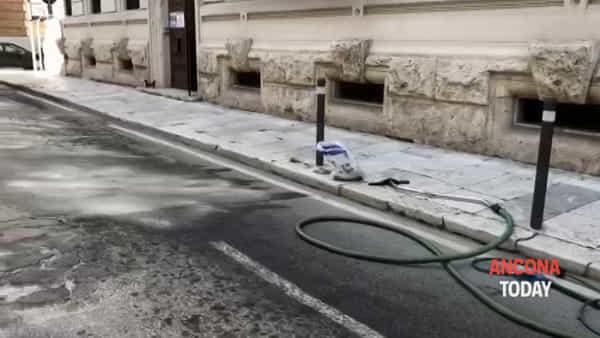 La macchia d'olio provoca due incidenti, chiusa la strada - GUARDA IL VIDEO