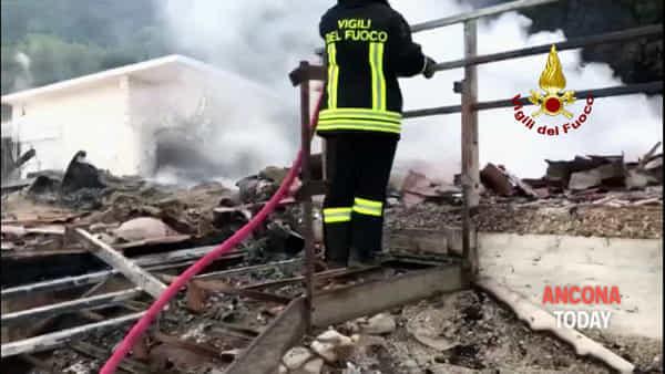 Incendio allo stabilimento Spiaggia Bonetti, cosa rimane della struttura - IL VIDEO